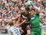 Das ist St. Paulis Glückspilz: Johannes Flum, hier im Duell mit Heidenheims Torhüter Kevin Müller.
