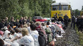 Kraftwerk muss Leistung drosseln: Tausende demonstrieren in Hambach gegen Braunkohle