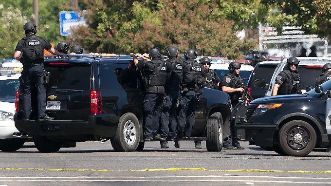 Sondereinsatzkräfte am Tatort - dem Ramada Inn in Sacramento.
