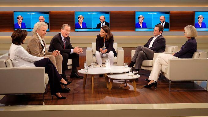 Anne Wills Gäste, von links nach rechts: Sandra Maischberger, Thomas Gottschalk, Franz Müntefering, Karl-Theodor zu Guttenberg und Christiane Hoffmann