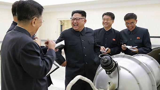 Kim präsentiert im Staatsfernsehen, was die Propaganda als Wasserstoffbombe bezeichnet.
