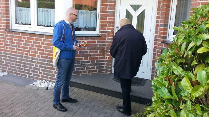 Peter Tauber und Direktkandidat Reinhold Sendker unterwegs in Warendorf.