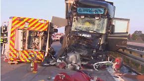 Lkw rast in Feuerwehrauto: Zwei Rettungskräfte sterben bei Einsatz auf der A2