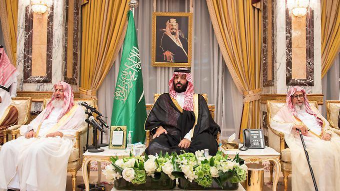 Kronprinz Mohammed bin Salman übt bei einem Treffen der Königsfamilie schon einmal das Thronen.