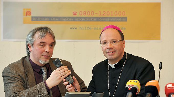 Der Beauftragte der Deutschen Bischofskonferenz für sexuellen Missbrauch in der katholischen Kirche, Bischof Stephan Ackermann (rechts), bei der Vorstellung der Telefon-Hotline im März. Neben ihm Andreas Zimmer, Leiter des Arbeitsbereichs Beratungsdienste beim Bistum Trier.