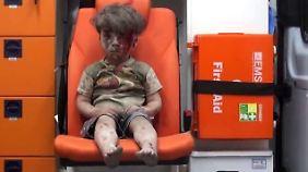 """Spielball politischer Interessen: Dirk Emmerich trifft den """"Staubjungen von Aleppo"""""""