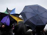Die Regenschirme werden einiges aushalten müssen im Lauf der Woche.