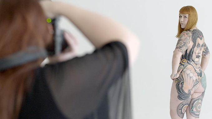 Protagonistin Maren steht zu ihrem Körper und hat keine Probleme damit, ihn zu zeigen.