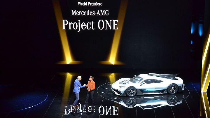 Mercedes-Chef Dieter Zetsche und Lewis Hamilton präsentieren am Vorabend der IAA das Hypercar Project One.