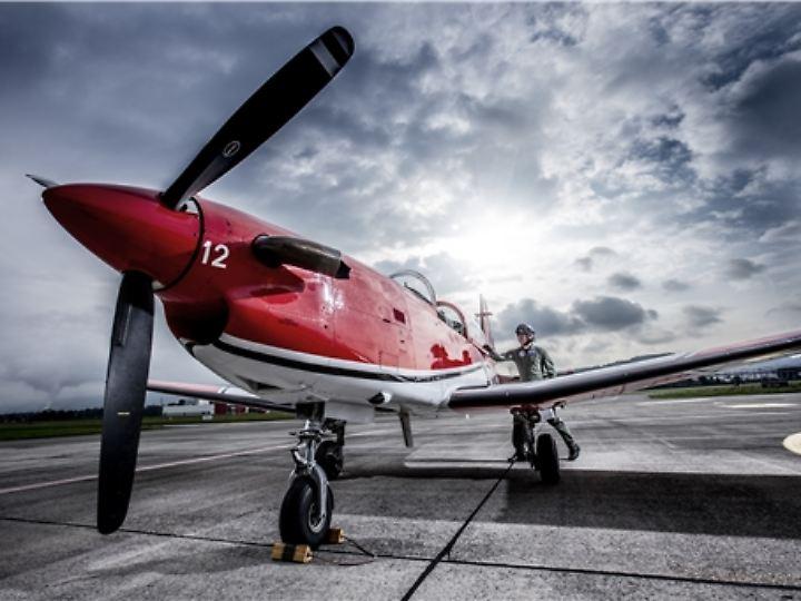 Einmotoriger Tiefdecker: Die PC-7 fliegt mit einer Reisegeschwindigkeit von knapp 370 Kilometern in der Stunde.