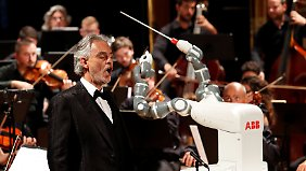 Andrea Bocelli und Roboter Yumi.