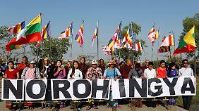 Protest gegen Rohingya in Yangon. Die Stimmung richtet sich nicht gegen bewaffnete Rebellen, sondern gegen alle Mitglieder der Minderheit.