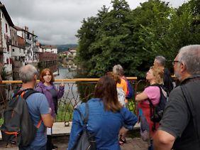 Neugierige Touristen wollen den Romanort erkunden.