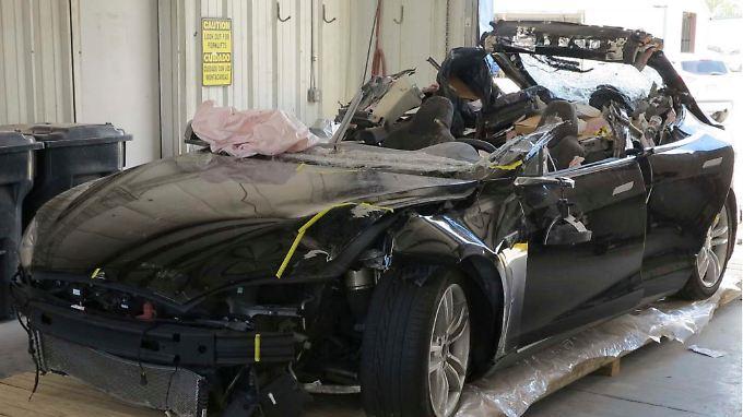 NTSB-Ermittler haben das Wrack des Tesla-Unfallwagens untersucht.