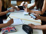 Elternverband ist skeptisch: Frankreich diskutiert Handyverbot an Schulen