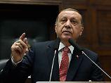 Von den Türken, die vor Erdogan fliehen, könnten manche auch am Putschversuch vor einem Jahr beteiligt gewesen sein - das liegt nahe,  doch gibt es keine gesicherten Angaben.