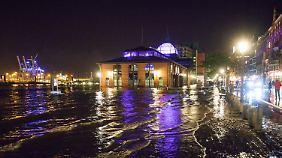 Der Sturm setzte den Hamburger Fischmarkt teilweise unter Wasser.