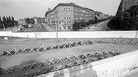 """""""Größter Schock"""": die Mauer am Ende der Oderberger (r.) an der Ecke zur Eberswalder Straße (l., Bild von 1981). Am Eckhaus sieht man das Schild """"Klub der Volkssolidarität""""."""