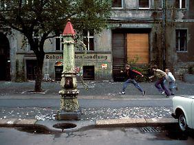 Kinder, Wasserpumpe, Trabant: die Oderberger Straße im April 1990.