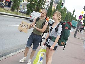 Trampen statt Busfahren - so sparen sich Reisende das Geld für den Transport, mithilfe freundlicher Einheimischer. Allerdings fehlt bei dieser Art des Reisens die Planungssicherheit.