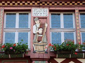 Seit der Restaurierung 1906 ziert der Sauerkrautmann den Eingang zum Historischen Rathaus in Büttelborn.