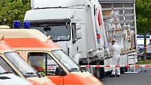 51 Flüchtlinge in Laderaum: Polizei stoppt Schleuser-Lkw auf A12