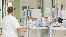 Löhne sollen erhöht werden: Merkel räumt Defizite bei Pflege ein
