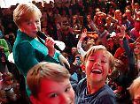 Kinderfragen im #fedidwgugl-Haus: Merkel wird zum Erklärbär