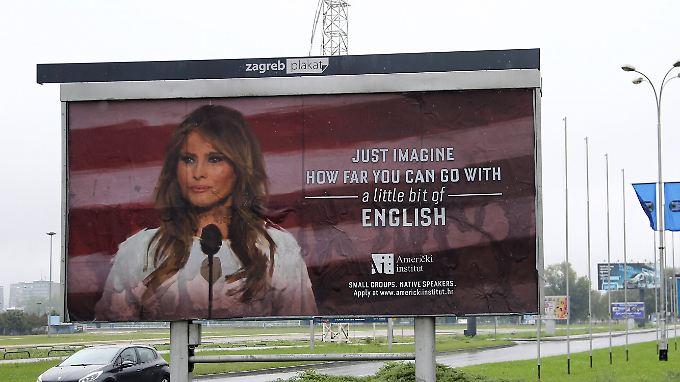 """""""Stellen Sie sich vor, wie weit man kommen kann - mit einem bisschen Englisch"""" steht auf dem Plakat neben Melania Trump geschrieben."""