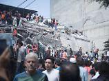Mexiko-Stadt: Im Umkreis eines eingestürzten Gebäudes suchen Helfer nach Überlebenden.
