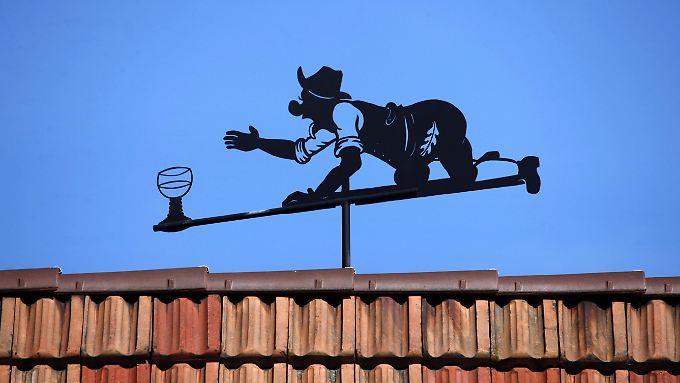 Diese Wetterfahne in Altschweier im Schwarzwald zeigt zwar nicht, wo das nächste Weinglas steht, aber immerhin erfährt man, woher der Wind weht.