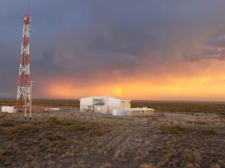 Eines von vier Fluoreszenzdetektorgebäuden des Pierre-Auger-Observatoriums.
