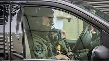 Beamte eines Spezialeinsatzkommandos (SEK) sichern das Gebäude bei einem Gerichtstermin von Haikel S.