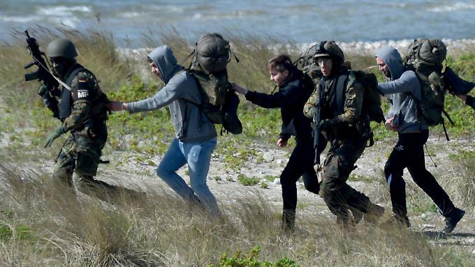 Fallschirmjäger proben in Schleswig-Holstein mit Darstellern den Ernstfall.