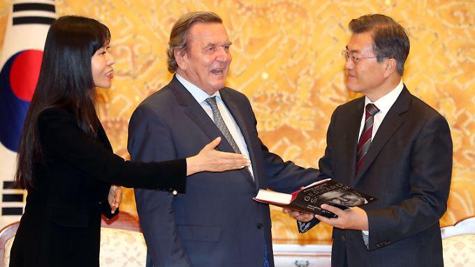Gerhard Schröder bei seiner Biografie-Vorstellung mit Südkoreas Präsident Moon Jae-in und Freundin Syeong Kim.