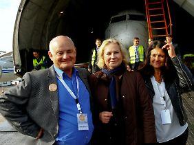 Co-Pilot Jürgen Vietor, Stewardess Gabriele von Lutzau und Daniela Müll (v.l.) bei der Rückkehr der Maschine, am 23. September 2017 in Friedrichshafen.