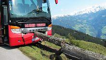 Busfahrer erleidet Herzanfall: Fahrgast verhindert Absturz in die Tiefe