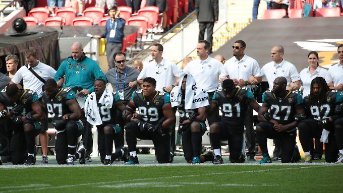 Knien bei der Nationalhymne - gegen Rassismus und mittlerweile auch gegen Trump.