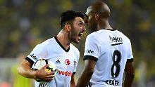 Derby halt: Besiktas' Tolgay Arslan und Ryan Babel am Samstag.