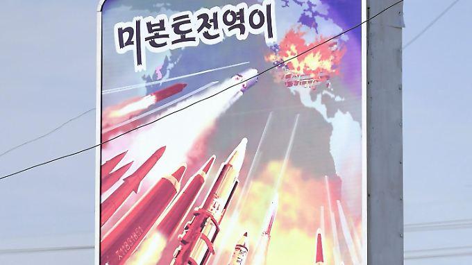 """Ein überdimensional großes Poster in Pjöngjang - es trägt die Aufschrift: """"Das gesamte US-Festland ist in unserer Reichweite."""""""