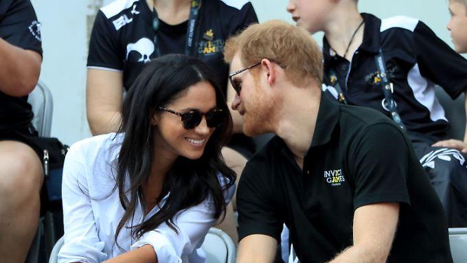Tuschelnd beim Rollstuhltennis: Megan und Harry