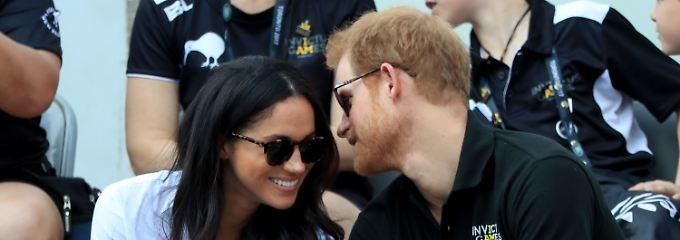 Königliches Kuscheln: Prinz Harry küsst Meghan Markle