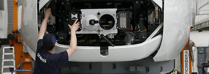Blick in das Siemens-Werk in Krefeld: Ein Arbeiter bereitet einen ICE-Zug der dritten Generation - ein ICE 3M/Velaro D - auf die Auslieferung vor.
