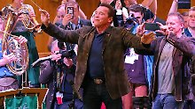 Schwarzenegger auf der Wiesn: Der Terminator dirigiert im Festzelt