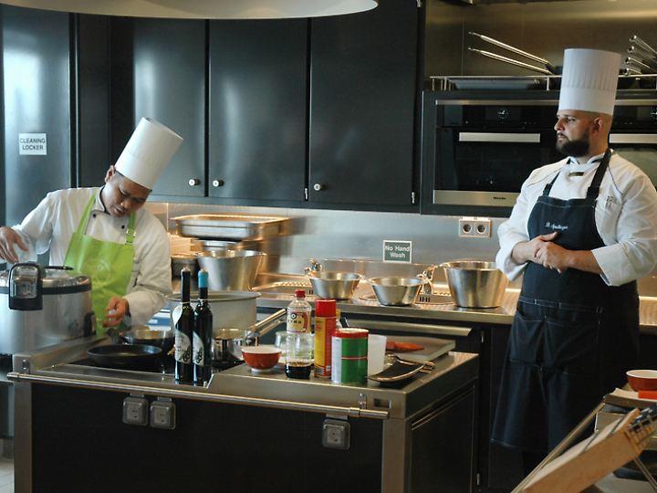 """Erwin Javier und Dominik Spielberger (v.l.) leiten den Sushi-Workshop auf der """"Europa 2""""."""