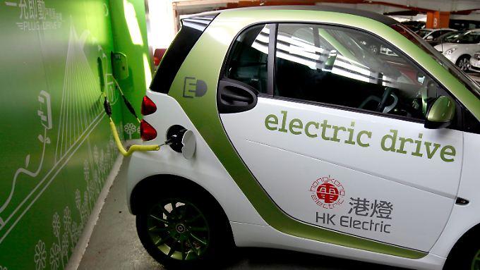 Ein Elektroauto von Smart tankt in Hongkong auf - China will mehr E-Autos auf die Straße bringen.
