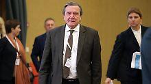Gerhard Schröder schiebt die Kritik im eigenen Land beiseite.