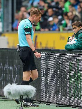 Schiedsrichter Christian Dingert fragt bei seinem Assistenten nach - und gibt den Elfmeter.
