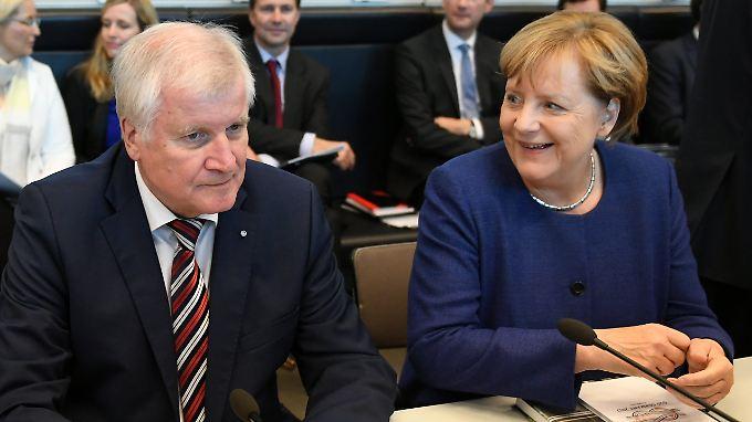 CSU-Chef Seehofer sehen die Parteianhänger deutlich kritischer als die Kanzlerin.