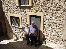 Das belgische Ehepaar Egidia und Hubert Jean Claude de Benedictis: Sie wollten eigentlich ein Haus für einen Euro inGangi erwerben, haben sich dann aber doch für eins imbesseren Zustand entschieden.